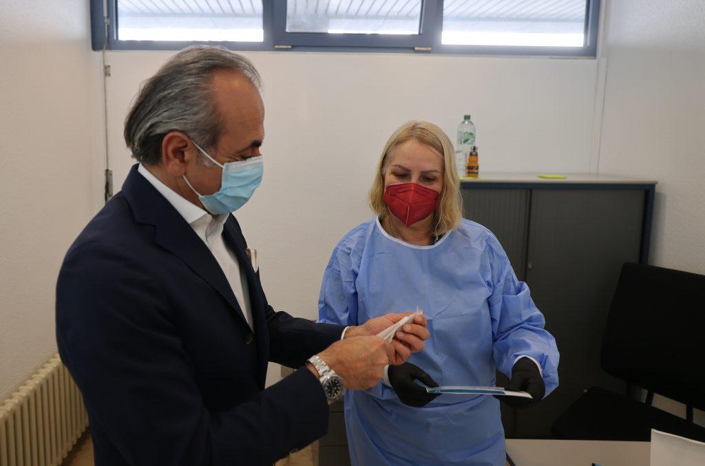 Georgios Tsomidis bei der Testung im Wohnstätten-Testzentrum